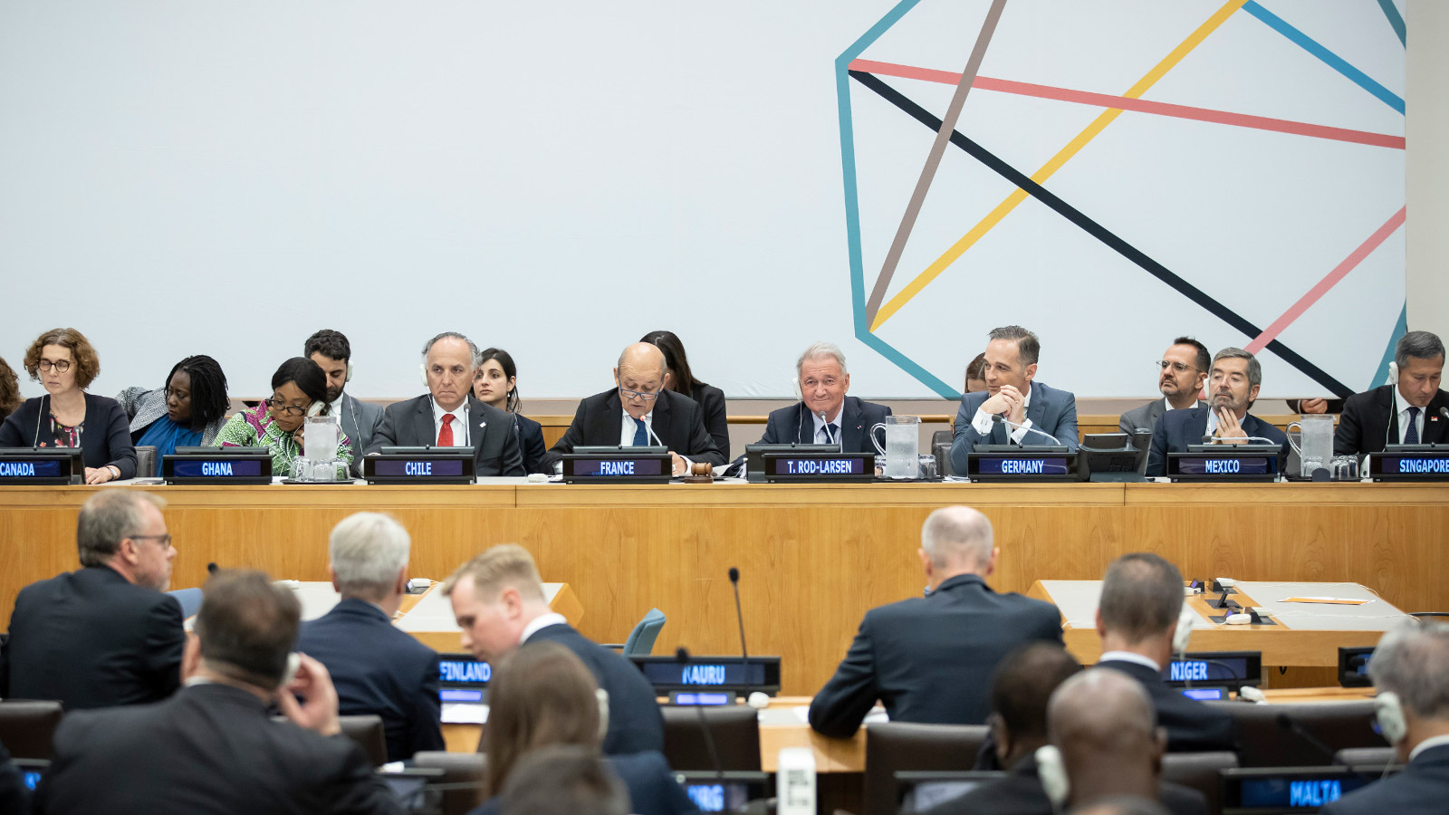The picture shows the Foreign Ministers of Canada, Ghana, Chile, France, Germany, Mexico and Singapore as well as a moderator sitting in a row to chair a ministerial meeting at the UN Headquarters in New York. Parts of the audience can be seen from the back.
